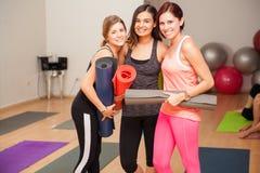 Amis féminins dans la classe de yoga Photo stock