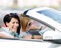 Amis féminins dans la voiture Images stock