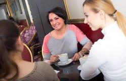 Amis féminins dans le cafétéria Photo stock