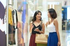 Amis féminins dans le centre commercial Photographie stock