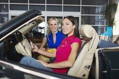 Amis féminins dans le convertible Photo stock