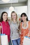 Amis féminins dans le magasin d'habillement Photographie stock