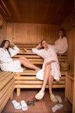 Amis féminins dans le sauna Photographie stock libre de droits