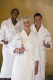Amis féminins dans le sourire de peignoir Photographie stock libre de droits