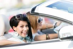Amis féminins dans le véhicule blanc Images libres de droits