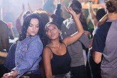 Amis féminins dansant dans la boîte de nuit Images stock