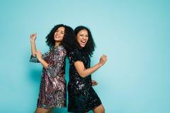 Amis féminins dansant de nouveau au dos Photos libres de droits