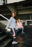 Amis féminins de forme physique s'étirant et établissant Images libres de droits