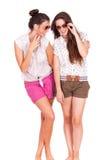 Amis féminins de jeunes couples riant sur le blanc Photographie stock libre de droits