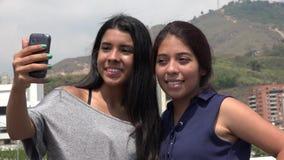 Amis féminins de l'adolescence prenant un Selfie Photographie stock