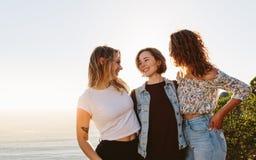 Amis féminins de sourire appréciant des vacances d'été Photo stock