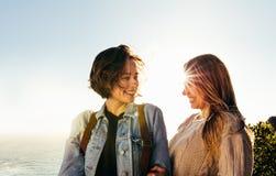 Amis féminins de sourire des vacances d'été Image stock