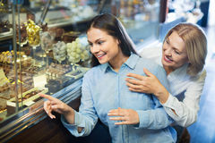Amis féminins de sourire sélectionnant les chocolats et le confectione fins Images stock