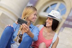 Amis féminins de touristes gais prenant les photos elles-mêmes Photo libre de droits