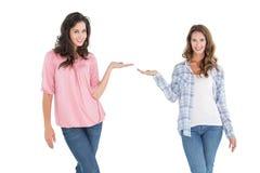 Amis féminins donnant leurs mains Photographie stock libre de droits