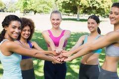 Amis féminins empilant des mains en parc Photographie stock
