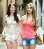 Amis féminins en bref ayant la visite de ville aux vacances Image libre de droits