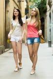 Amis féminins en bref ayant une visite de ville Photo stock