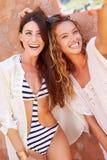 Amis féminins en vacances prenant ensemble Selfie Photos stock