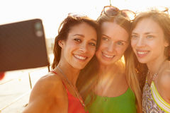 Amis féminins en vacances prenant ensemble Selfie Image stock