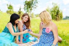 Amis féminins enceintes Photo stock