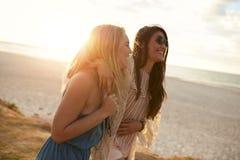 Amis féminins ensemble sur le bord de mer Image libre de droits