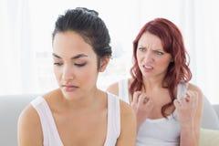 Amis féminins fâchés ayant un argument dans le salon Photographie stock libre de droits