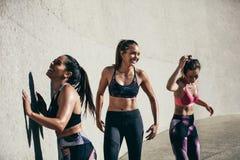 Amis féminins faisant la pause après session de séance d'entraînement Photographie stock