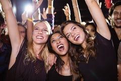Amis féminins gais appréciant au festival de musique Photographie stock