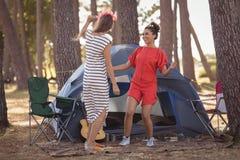 Amis féminins gais appréciant ensemble par la tente Photo libre de droits