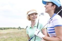 Amis féminins gais au terrain de golf Photos libres de droits