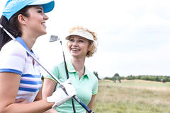 Amis féminins gais au terrain de golf Photos stock