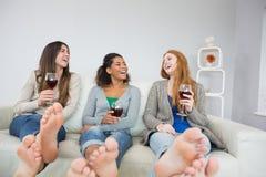 Amis féminins gais avec des verres de vin à la maison Photos libres de droits