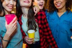 Amis féminins gais ayant l'amusement Images libres de droits