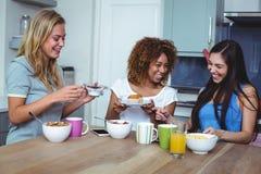 Amis féminins gais ayant la nourriture Photos libres de droits