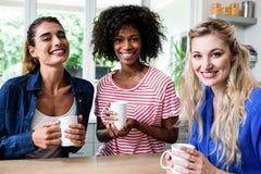 Amis féminins gais buvant du café Photo libre de droits