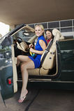 Amis féminins gais dans le convertible Image stock
