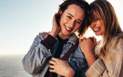 Amis féminins gais en vacances dehors Image stock