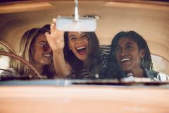 Amis féminins gais partant en voyage par la route Photo libre de droits