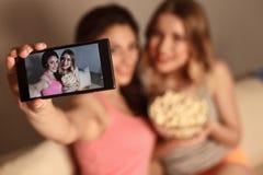 Amis féminins gais prenant des photos de lui-même Photos stock