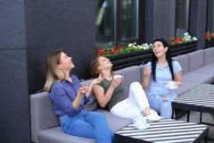 Amis féminins gais riant du café et du bavardage, café potable Images libres de droits