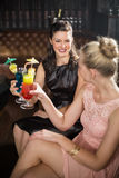 Amis féminins grillant des verres de cocktail Image libre de droits