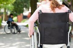 Amis féminins handicapés après s'être réuni Photographie stock
