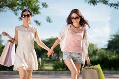 Amis féminins heureux photographie stock libre de droits