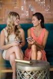 Amis féminins heureux agissant l'un sur l'autre les uns avec les autres Photos stock