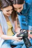 Amis féminins heureux amusant avec la photographie Photo stock
