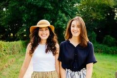 Amis féminins heureux appréciant la nature verte Image libre de droits