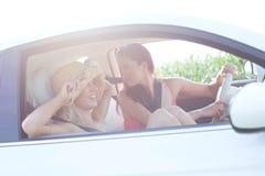 Amis féminins heureux appréciant le voyage par la route Image stock