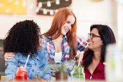 Amis féminins heureux avec des boissons à la barre Photos libres de droits