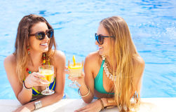 Amis féminins heureux avec des boissons photographie stock